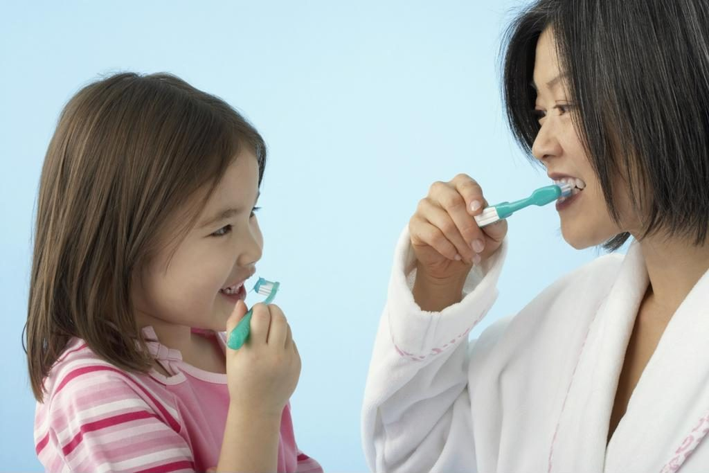phụ huynh giúp trẻ mầm non đánh răng