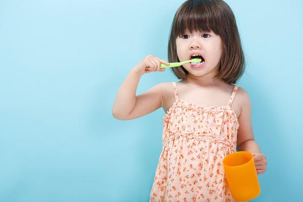 trẻ mầm non quận 1 đánh răng
