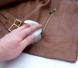 cách làm sạch áo da bị móc mới