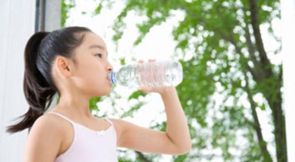 nhắc nhở bé uống nước thường xuyên