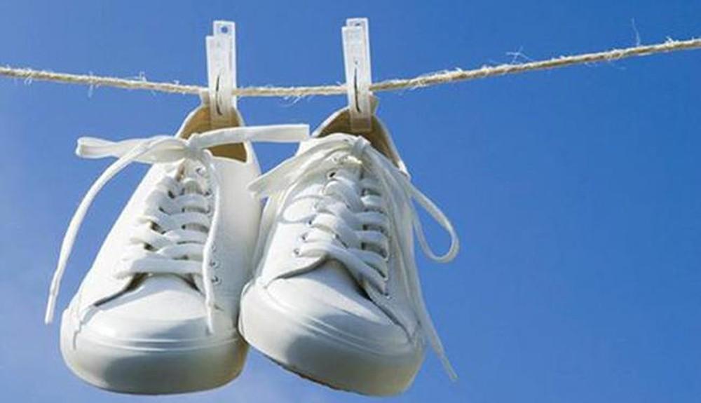 cách khử mùi hôi trong giày thể thao nhanh