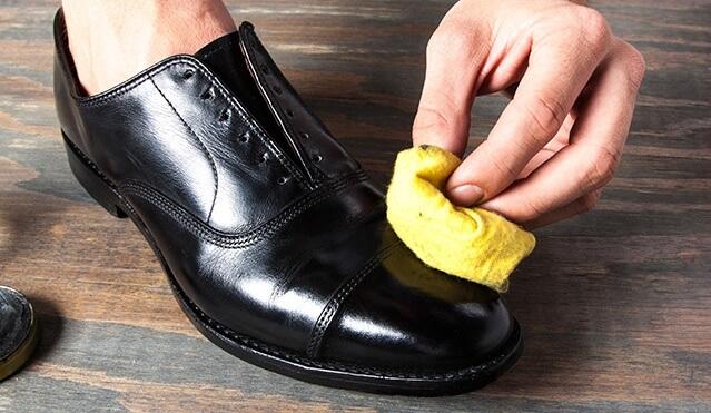 cách làm sạch giày da bóng hay