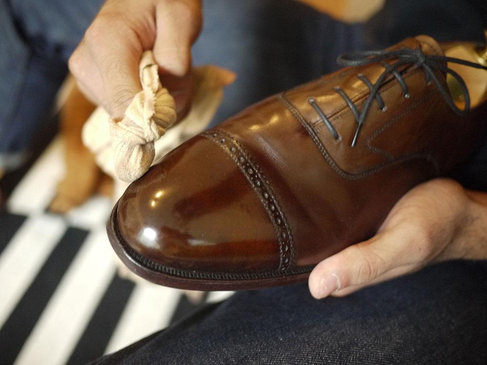 cách làm sạch giày da bóng nhanh