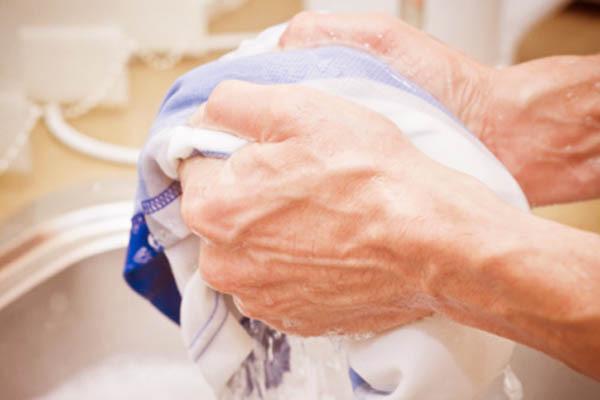 cách tẩy vết thâm kim trên quần áo màu mới