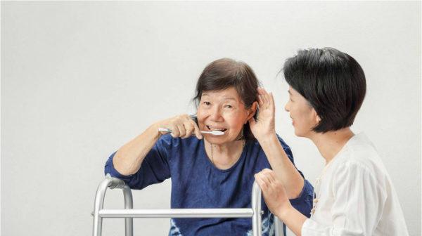 Giúp bạn cách chăm sóc người già bị tai biến