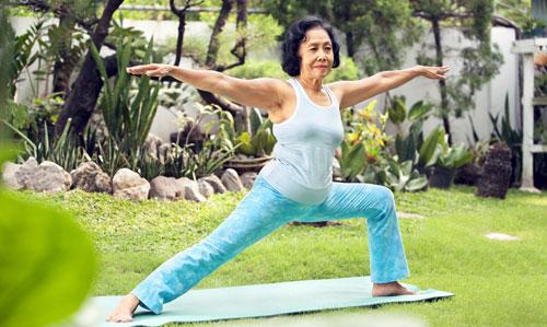Khuyến khích người già luyện tập thể dục thể thao là 1 cách chăm sóc người già tại nhà