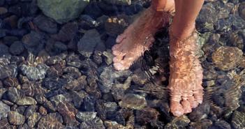 trị nhức chân tại nhà với phương pháp ngâm chân